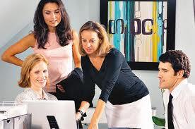Mujeres trabajando en internet